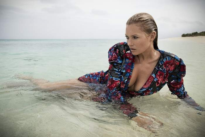FOTO / Kate Moss și-a etalat sânii într-un decolteu amețitor. Vedeta a făcut show incendiar pe o plajă exclusivistă