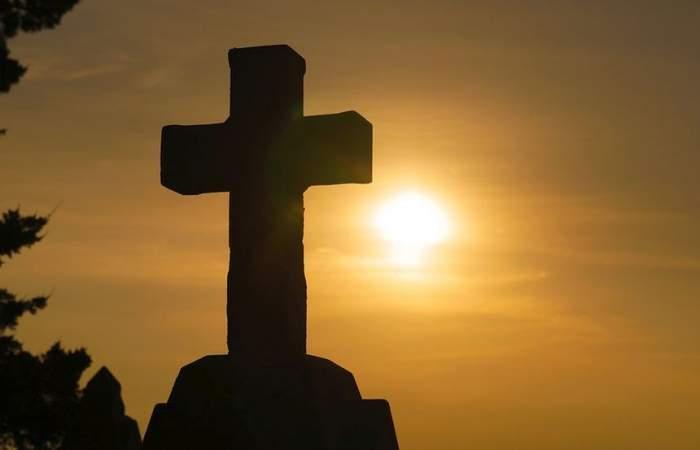 Rugăciunea pe care este bine să o spui sâmbăta seară. Îţi ajută familia la sănătate şi te fereşte de necazuri