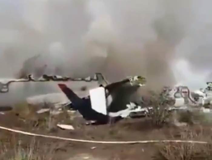 Imagini şocante! Un avion cu peste 100 de persoane la bord s-a prăbuşit