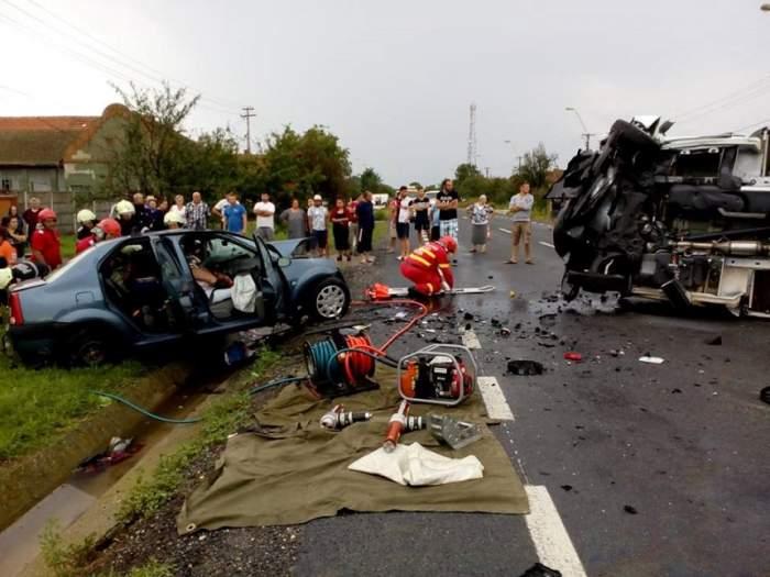 Imagini dramatice. Trei persoane au murit în Timiş după ce maşina lor a fost spulberată de un TIR
