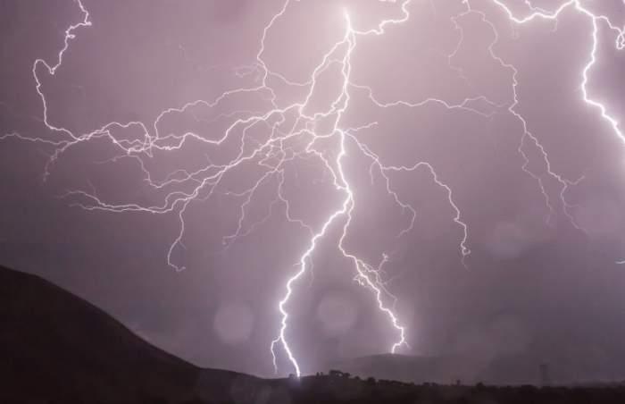 UPDATE / Furtuni şi vijelii până vineri noapte. Anunţul făcut de meteorologi!