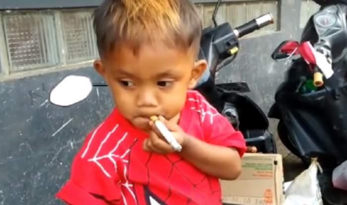 """Are doi ani, dar fumează 40 de țigări pe zi: """"O ia razna dacă nu îi dăm"""""""