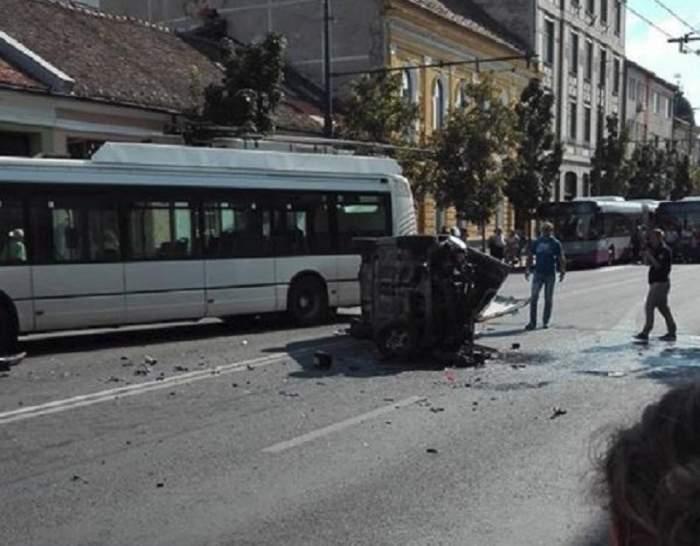 FOTO / Accident foarte grav în Cluj! Două autoturisme şi un troleibuz s-au ciocnit