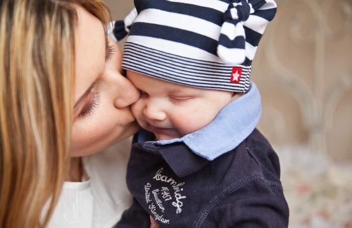 De ce nu este bine să săruți copiii pe gură. Medicii trag un semnal de alarmă