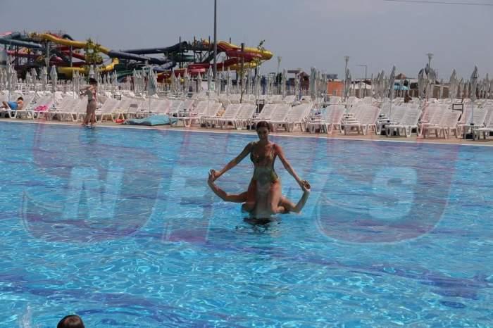 """FOTO / S-a urcat pe el şi i-a arătat cine e """"şefa""""! Bote şi Natalia, distracţie pe cinste în piscină"""