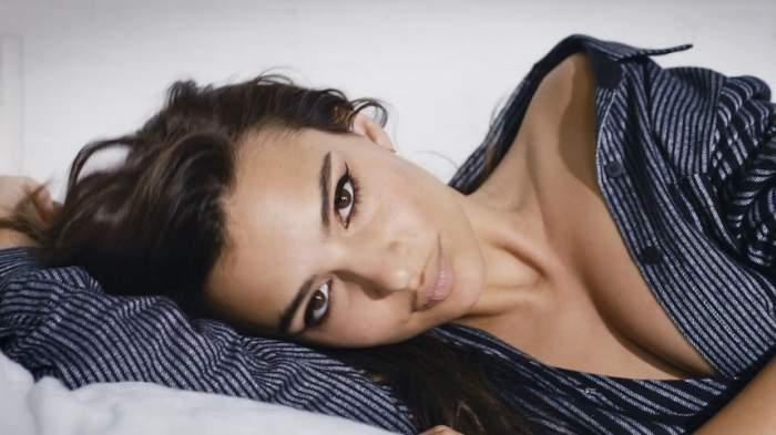 FOTO / Emily Ratajkowski, sexy în aşternuturi. Pictorial incendiar cu una dintre cele mai frumoase femei
