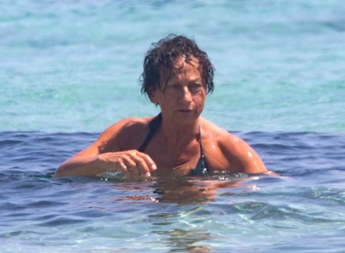 FOTO / Topless la 62 de ani! O cântăreaţă celebră s-a dezbrăcat pe plajă