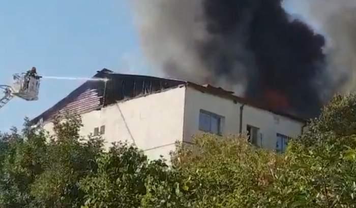 FOTO & VIDEO / Incendiu de proporții în Focșani! Acoperișul unui bloc s-a făcut scrum