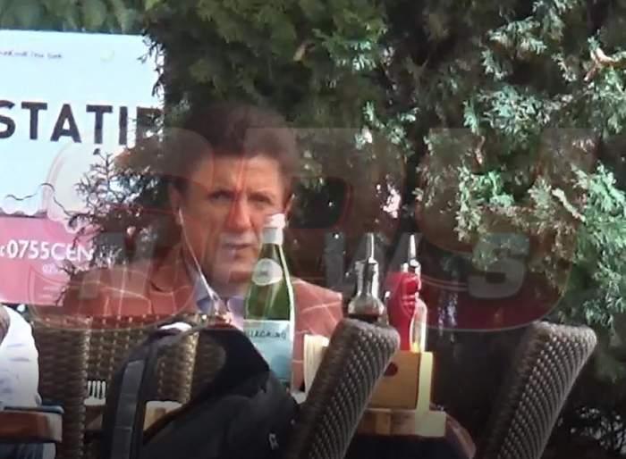 """VIDEO PAPARAZZI / Gică Popescu poate concura oricând la un concurs de mâncat viteză! """"Baciul"""", surprins în timp ce turcii se băteau la gura lui"""