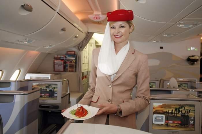 ÎNTREBAREA ZILEI: Știai că și femeile cu tatuaje pot fi stewardese?