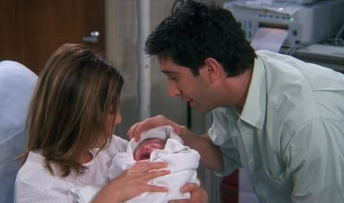 """FOTO / Îți mai aduci aminte de fiica lui Rachel și Ross din """"Friends""""? Rolul a fost jucat de actrițe gemene care au acum 16 ani"""
