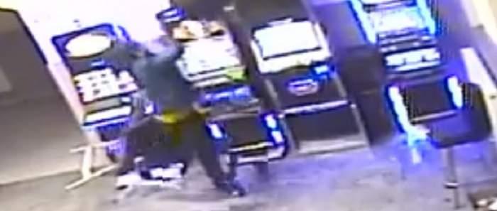 VIDEO / Nervos că a pierdut la păcănele, un bărbat din Bacău a distrus localul. Paguba este de mii de euro