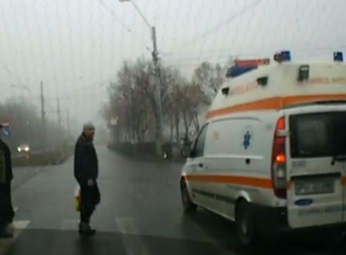 VIDEO / A filmat o ambulanţă care era să calce mai mulţi pietoni, dar a primit tot el amendă! Caz uluitor în Ploieşti