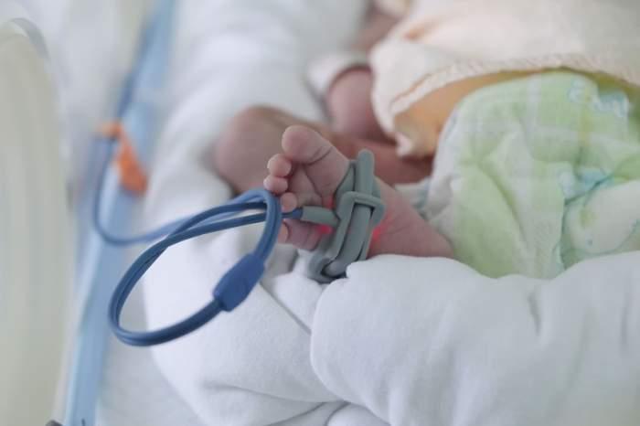 FOTO / Bebeluş la un pas de moarte, după ce un membru al familiei l-a pupat pe buze! Medicii trag un semnal de alarmă