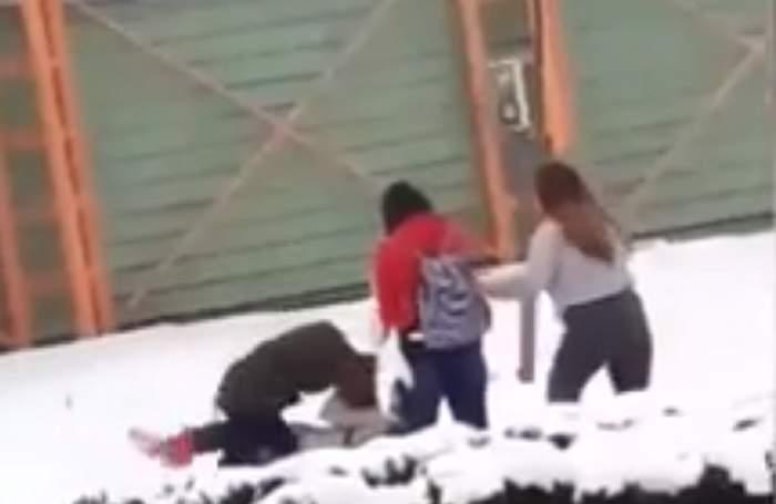 VIDEO / Scene halucinante în Dorohoi! O adolescentă a fost bătută crunt de mai multe fete