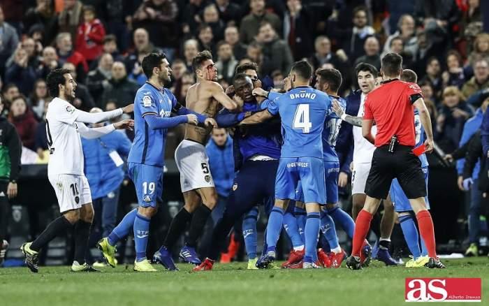 """VIDEO / Scene de groază la meciul Valencia – Getafe! Jucătorii s-au bătut pe teren, iar sângele a curs pe """"Mestalla"""""""