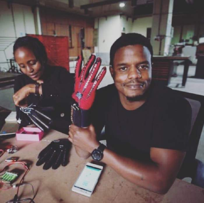 FOTO / Va revoluţiona tehnologia! Mănuşile care vorbesc este invenţia genială a unui inginer