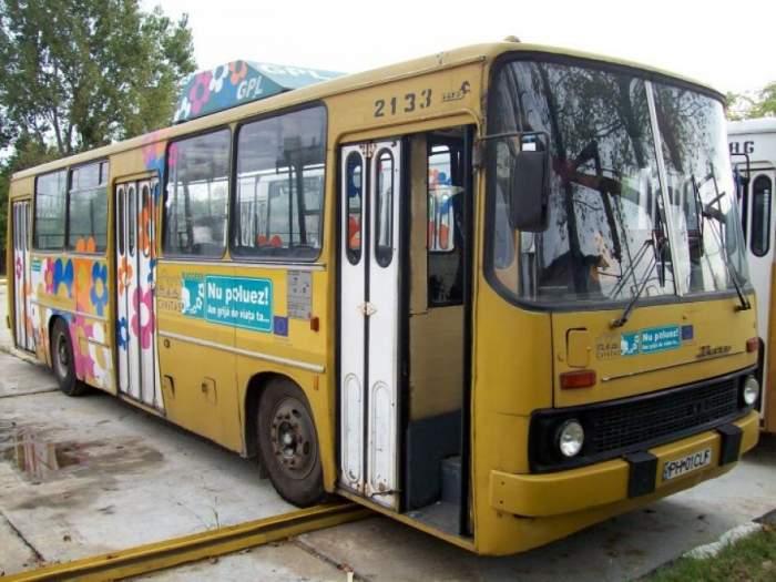 O tânără a căzut cu geamul dintr-un autobuz în mișcare. Se întâmplă în Ploiești