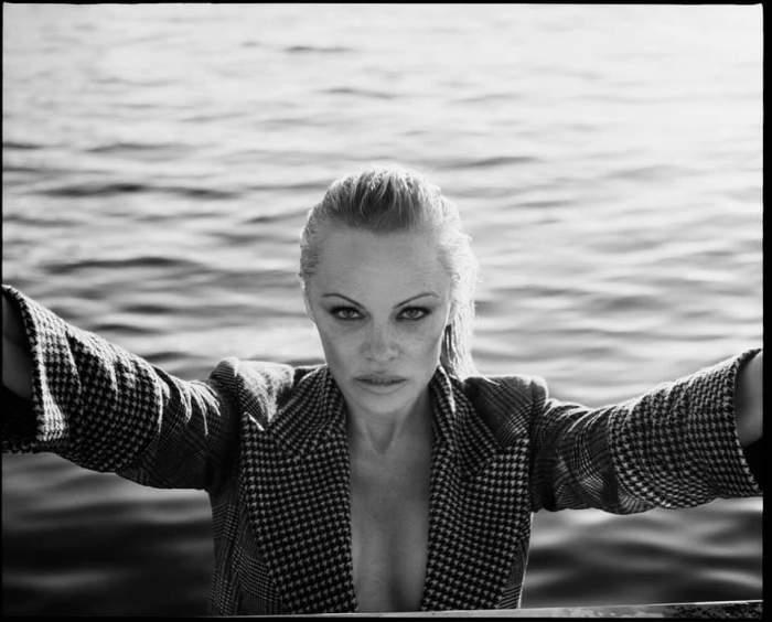 Tinereţe fără bătrăneţe pentru Pamela Anderson. Vedeta arată ca o adolescentă, iar bărbaţii nu îşi pot lua ochii de la ea/ GALERIE FOTO