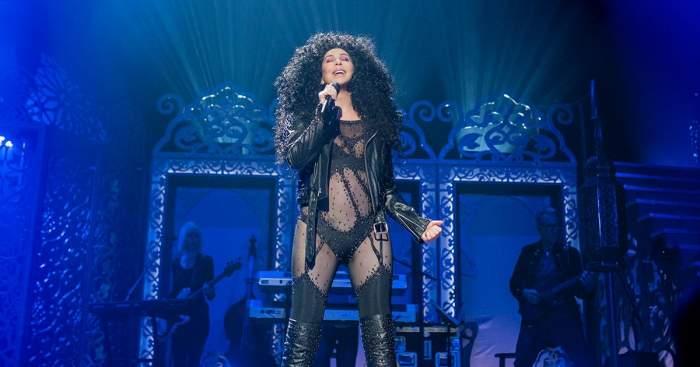 """Cher, în lenjerie intimă la 73 de ani! Cântăreaţa ne dezvăluie secretele """"frumuseţii fără bătrâneţe"""" GALERIE FOTO"""