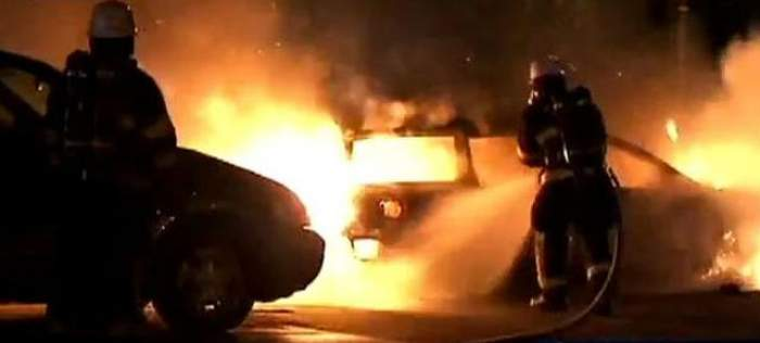 Mașina unui polițist din Arad, mistuită de flăcări. Bărbatul ar fi primit amenințări