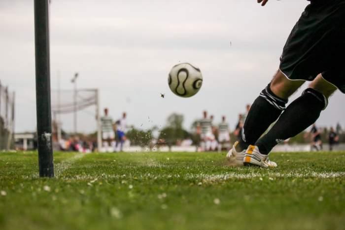 Tragedie pe terenul de fotbal, în Buzău. Un bărbat s-a prăbușit pe gazon și a murit