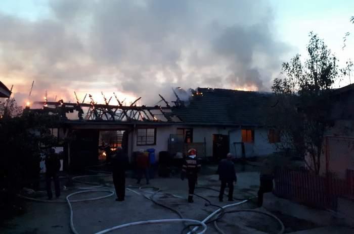 Incendiu devastator la o hală în Hunedoara. Pompierii au intervenit timp de trei ore pentru stingerea acestuia