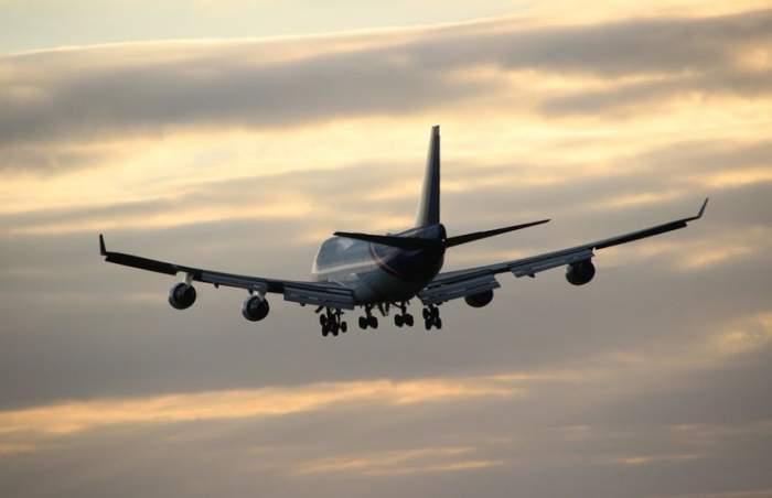 Panică la bordul unui avion! Aeronava a aterizat de urgență, după ce o pasageră a suferit un avort spontan