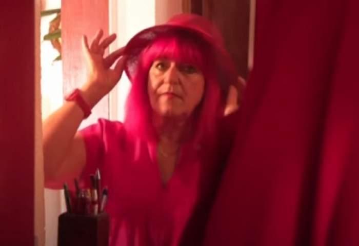 Cum arată femeia care trăiește, mănâncă și se îmbracă doar în roșu de 40 de ani! Nimănui nu-i vine să creadă / GALERIE FOTO