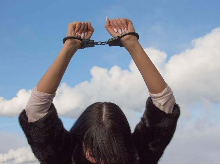 O femeie din Buzău, dată în urmărire internaţională, a fost arestată. Ce i-a făcut unui poliţist