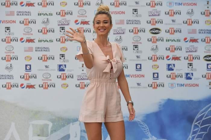 VIDEO / Momente uluitoare la Napoli! Fanii i-au cerut celei mai sexy jurnaliste din Italia să le arate sânii! Cum a reacţionat diva