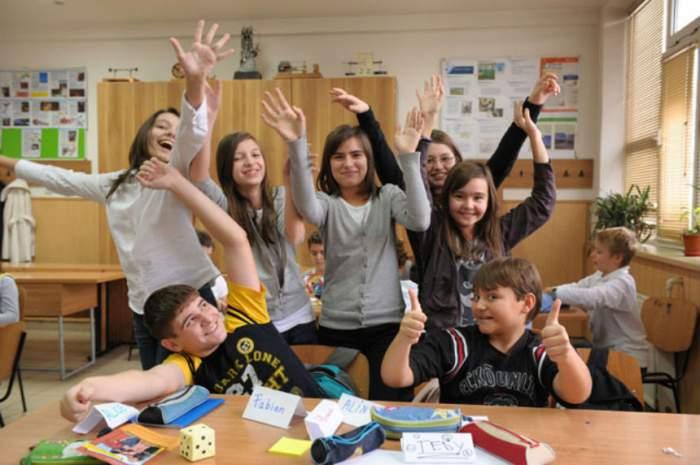 Vești senzaționale pentru elevii din România! Vor sta mai puține ore la școală