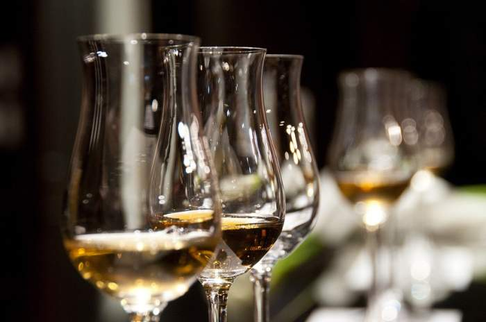În ce pahare sunt servite cele mai cunoscute băuturi alcoolice?