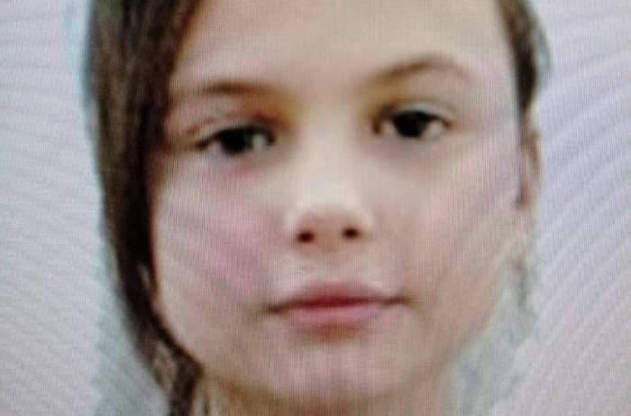 Fată dispărută în Piatra Neamț, găsită în scara unui bloc. Își aștepta părinții plecați la muncă în Anglia