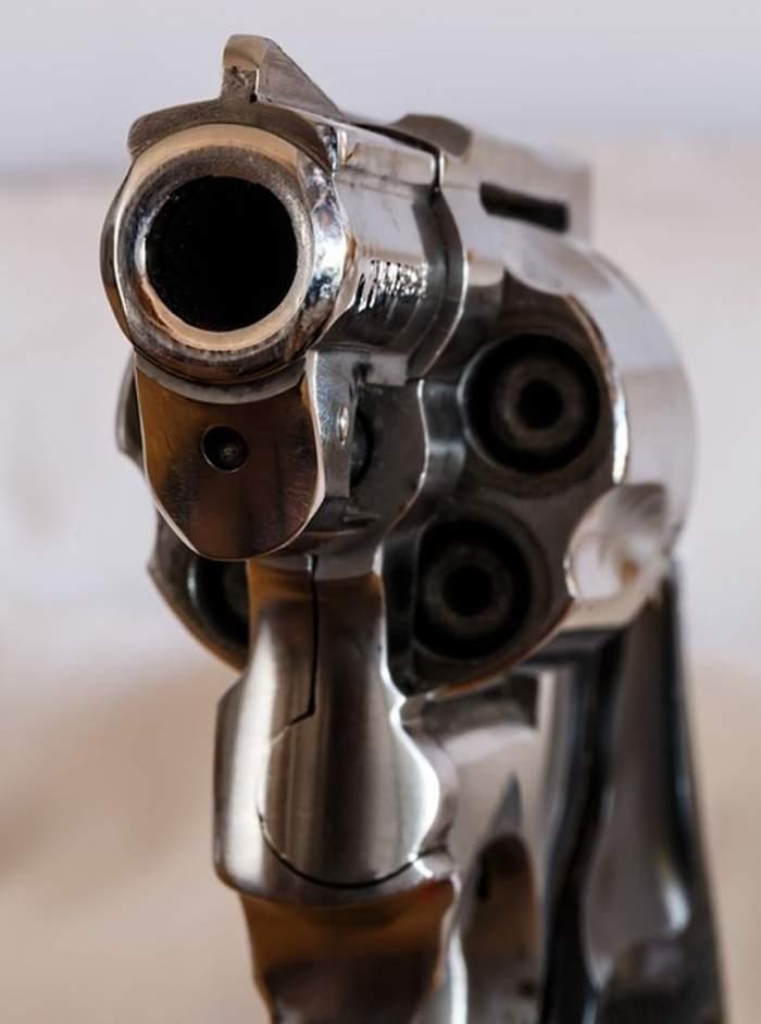 Momente şocante în Dâmboviţa! O adolescentă a fost împuşcată de prietenul ei