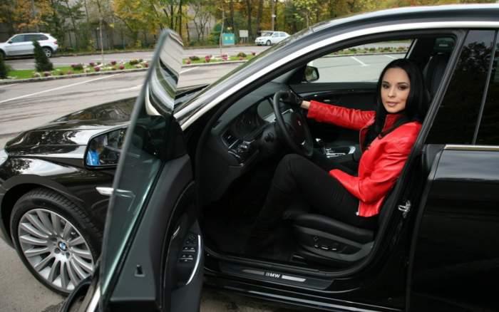 """Ce mașină conduce Andreea Marin. """"Zâna"""" se plimbă la volanul unui bolid de 90.000 de euro"""