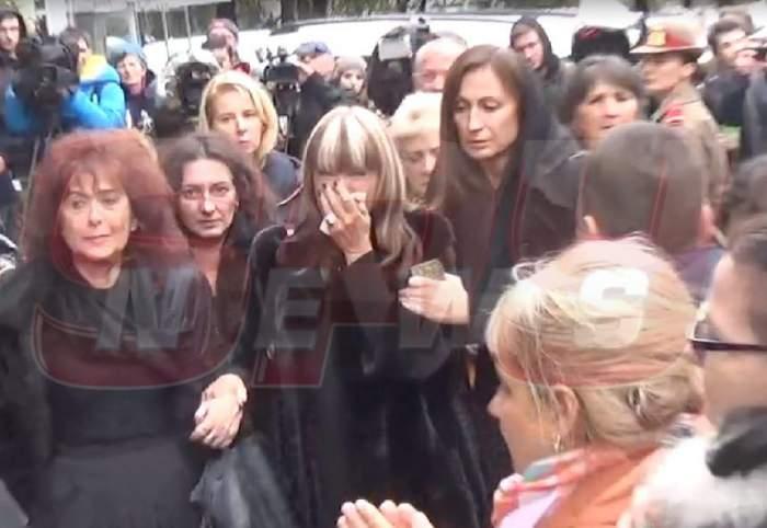 Mihaela Constantinescu, răvăşită de durere! Sicriul cu trupul neînsufleţit al lui Mihai Constantinescu a fost scos din biserică