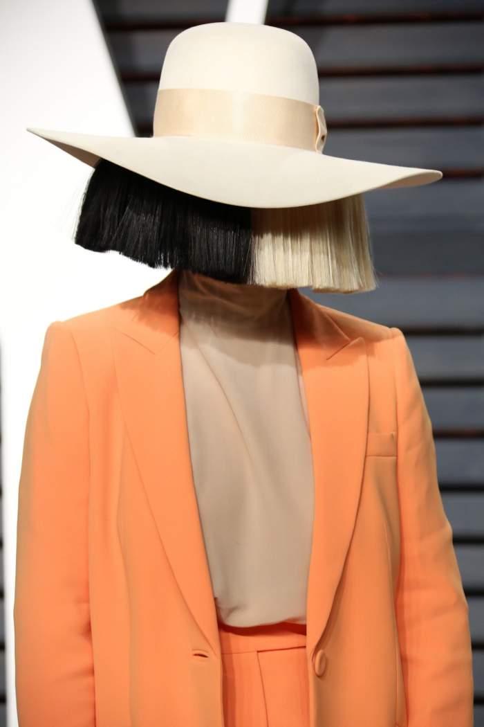 Vești triste pentru fanii cântăreței Sia! A fost diagnosticată cu o maladie neurologică rară