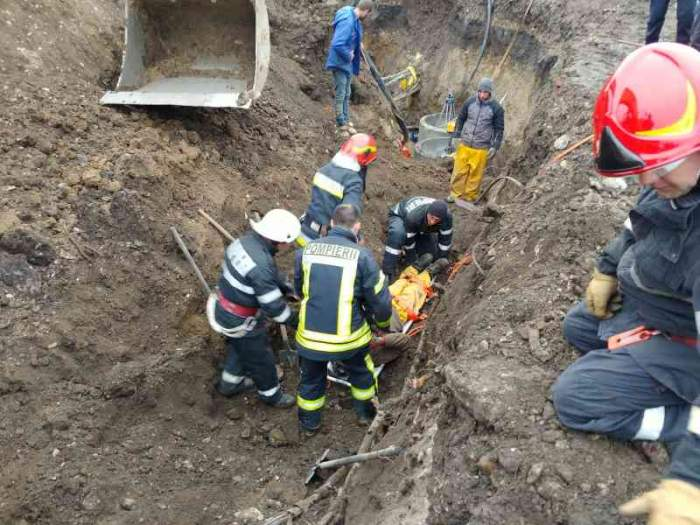 Update / Detalii cutremurătoare despre muncitorul înghiţit de pământ în Braşov. Bărbatul a fost decapitat de excavator