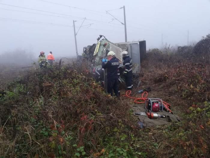 Tragedie pe o cale ferată din Alba Iulia! Un şofer a murit după ce camionul în care se afla a fost spulberat de tren