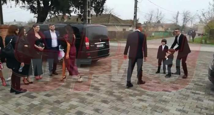 VIDEO PAPARAZZI/ Primii invitați au ajuns la Biserică. Se pregătesc să le fie alături lui Adrian Sînă și a Ancăi Serea, pentru botezul micuței