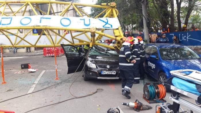 Accident grav în Capitală! O macara s-a prăbușit peste o mașină. Sunt mai multe victime