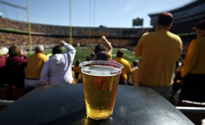 """Veste mare pentru suporteri! FRF vrea liber la consumul de alcool pe stadioanele din România! """"D-aia vine omul, să mai bea o bere"""""""