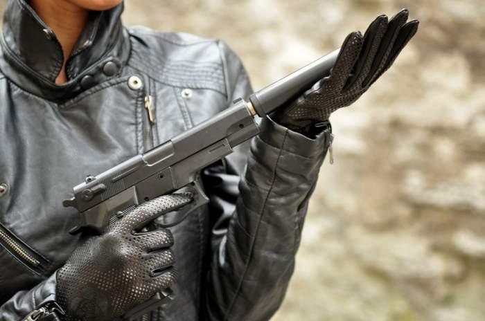 Un primar din Maramureş a vrut să împuşte un iepure, dar şi-a nimerit vecina