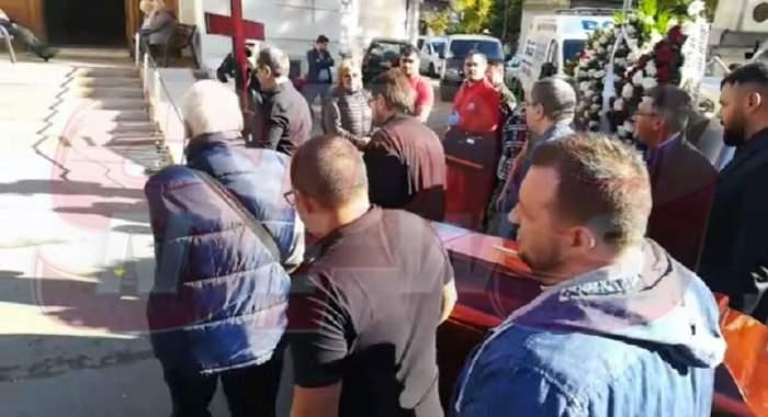 VIDEO PAPARAZZI / Sicriul cu trupul neînsuflețit al lui Leo Iorga a ajuns la biserică. În scurt timp începe slujba de înmormântare!