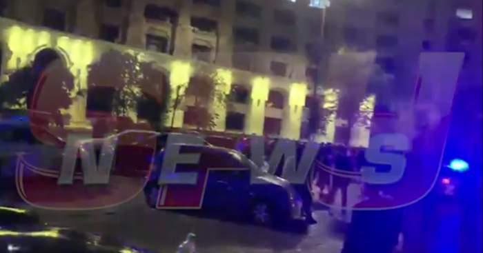 Noi imagini de la bătaia monstru din Piața Constituției, făcute publice de Poliția Română! 30 de indivizi s-au luptat cu bâte și topoare. VIDEO