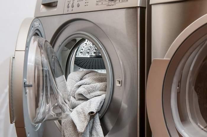 O femeie care și-a uitat fiul în mașina de spălat pornită a ajuns în instanță, acuzată de neglijență