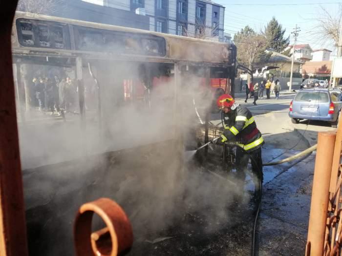 Panică pe o șosea din Craiova. Un autobuz a izbucnit în flăcări, iar focul s-a extins la locuințe