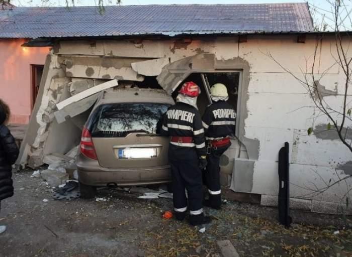 """O şoferiţă a intrat cu mașina într-o casă, la Ploieşti. """"S-a urcat cu roţile pe pat!"""""""