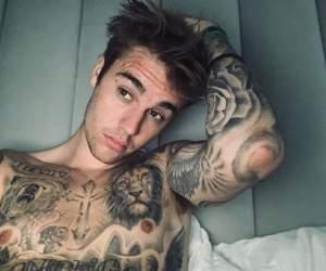 FOTO / Justin Bieber şi-a făcut două tatuaje noi. Fanii cred că sunt un omagiu pentru soţia sa